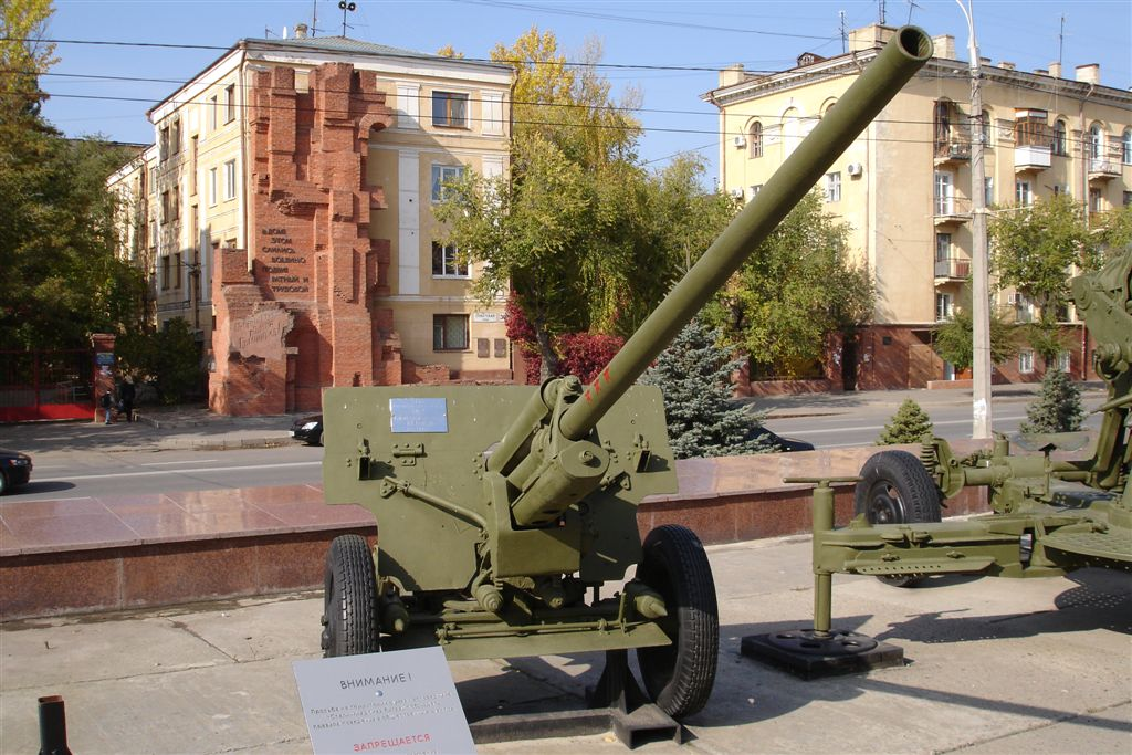 Pavlov's house behind anti-aircraft gun